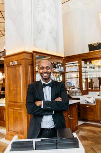 Waiter at bakery in Swedenの写真素材 [FYI02210602]