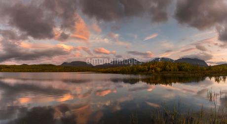 Lake during sunset in Abisko, Swedenの写真素材 [FYI02210619]