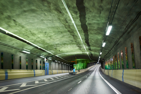 Inside a tunnel on the Norra Lanken Motorway in Stockholm, Swedenの写真素材 [FYI02210623]