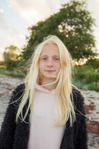 Portrait of a girl outdoorsの写真素材 [FYI02210651]