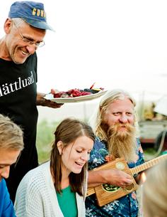 Family eating together in Friseboda, Swedenの写真素材 [FYI02210662]