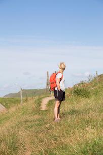 Mid adult woman standing in a field in Kaseberga, Swedenの写真素材 [FYI02210710]
