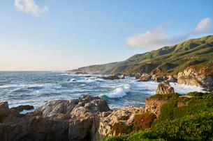Waves by cliffs in Big Sur, USAの写真素材 [FYI02210714]