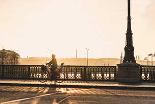 Woman bicycling along bridge in Stockholm, Swedenの写真素材 [FYI02210717]
