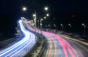Light trails on highway at night in Helsinki, Finlandの写真素材 [FYI02210722]