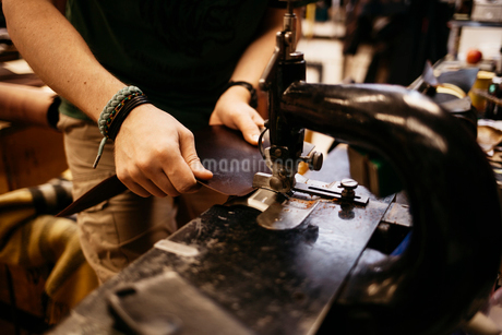 Man sewing leatherの写真素材 [FYI02210728]