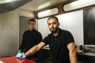 Workers in their food truckの写真素材 [FYI02210748]
