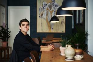 Young man sitting in a cafe in Copenhagen, Denmarkの写真素材 [FYI02210751]
