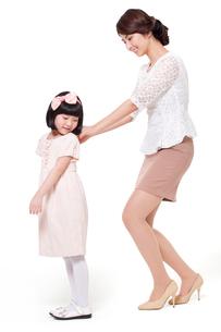 Mother help daughter zipping upの写真素材 [FYI02210753]