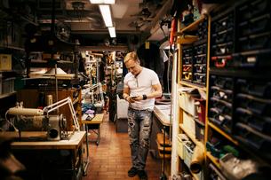 Man in leather workshopの写真素材 [FYI02210767]