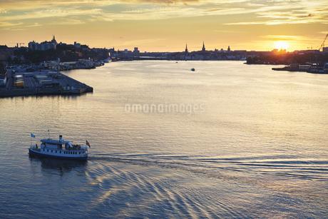 Passenger boat on the river at sunset in Stockholm, Swedenの写真素材 [FYI02210768]