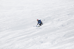 Man skiing down hill in Piedmont, Italyの写真素材 [FYI02210783]