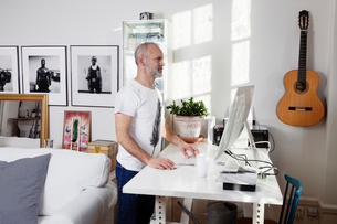 Man working from home in Swedenの写真素材 [FYI02210826]