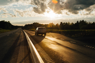 Car on a highway at sunset in Jamtland, Swedenの写真素材 [FYI02210834]
