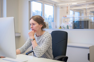 Woman at office desk in lab in Swedenの写真素材 [FYI02210837]