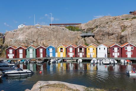 Colorful boat houses in Smogen, Swedenの写真素材 [FYI02210838]