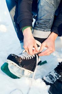 Lacing ice skates in Swedenの写真素材 [FYI02210875]