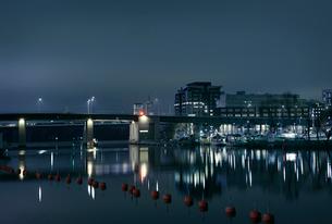 Bridge and marina at night in Stockholm, Swedenの写真素材 [FYI02210879]