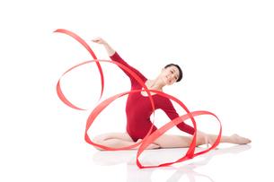 Female gymnast performing rhythmic gymnastics with ribbonの写真素材 [FYI02210906]