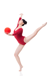 Female rhythmic gymnast performing with ballの写真素材 [FYI02210911]