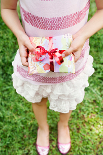Girl holding present at birthday partyの写真素材 [FYI02210913]