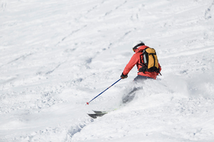 Man skiing down hill in Piedmont, Italyの写真素材 [FYI02210944]