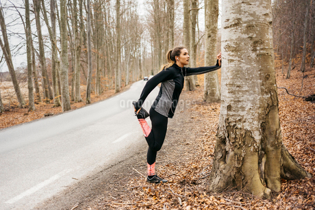 Young woman stretching in Sodermanland, Swedenの写真素材 [FYI02210968]