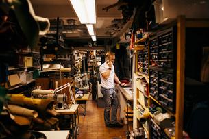 Man in leather workshopの写真素材 [FYI02210974]