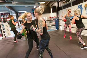 Two women sparring in a boxing classの写真素材 [FYI02210994]