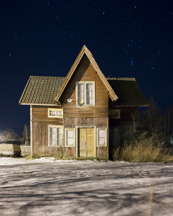 House at night during winter in Dalarna, Swedenの写真素材 [FYI02211004]