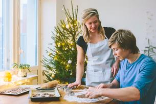 Finland, Couple preparing christmas cookiesの写真素材 [FYI02211012]