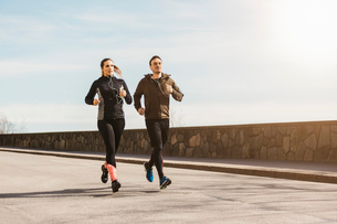 Couple running on street in Stockholm, Swedenの写真素材 [FYI02211013]