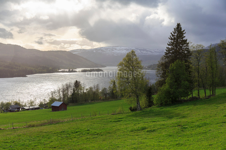 Farmland and river in Aresjon, Swedenの写真素材 [FYI02211025]