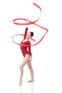 Female gymnast performing rhythmic gymnastics with ribbonの写真素材 [FYI02211029]