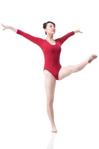 Female gymnast performing rhythmic gymnasticsの写真素材 [FYI02211041]