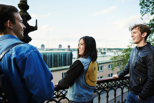 Friends laughing on a balcony in Stockholm, Swedenの写真素材 [FYI02211048]