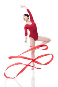 Female gymnast performing rhythmic gymnastics with ribbonの写真素材 [FYI02211121]