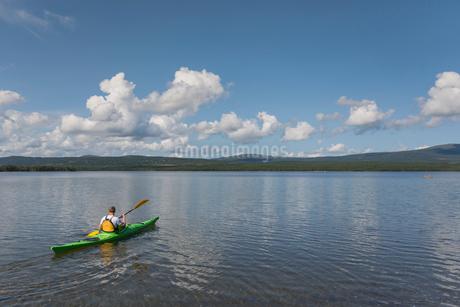 Kayaker on lake in Jatmland, Swedenの写真素材 [FYI02211122]