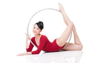 Female rhythmic gymnast performing with hoopの写真素材 [FYI02211136]