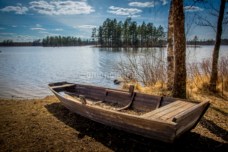 Rowboat by lake in Angelsberg, Swedenの写真素材 [FYI02211140]