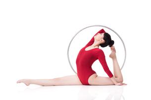 Female rhythmic gymnast performing with hoopの写真素材 [FYI02211143]