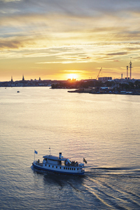 Passenger boat on the river at sunset in Stockholm, Swedenの写真素材 [FYI02211156]