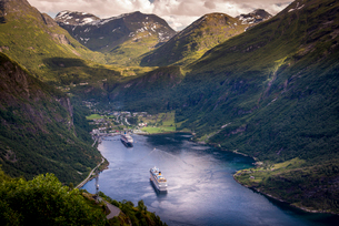Cruise boats in Geiranger, Norwayの写真素材 [FYI02211159]