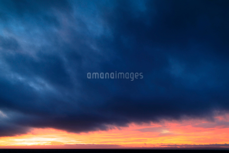 Cloudy sky during sunset in Swedenの写真素材 [FYI02211170]