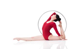 Female rhythmic gymnast performing with hoopの写真素材 [FYI02211182]