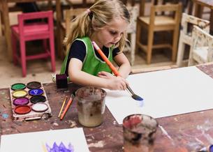 Girl painting in Swedenの写真素材 [FYI02211208]