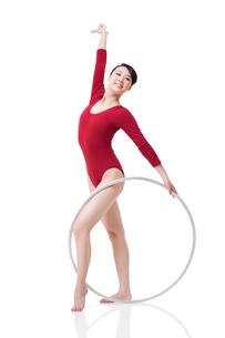 Female rhythmic gymnast performing with hoopの写真素材 [FYI02211217]