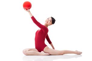 Female rhythmic gymnast performing with ballの写真素材 [FYI02211227]