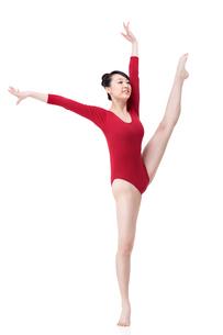 Female gymnast performing rhythmic gymnasticsの写真素材 [FYI02211233]