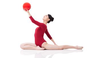 Female rhythmic gymnast performing with ballの写真素材 [FYI02211271]